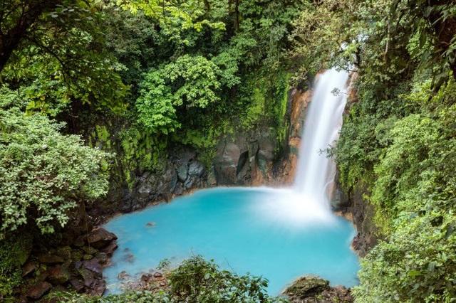 Đây là địa điểm lý tưởng dành cho những người mê lặn. Thác nước Rio Celeste hùng vỹ xối dòng nước xuống hồ màu xanh trong vườn quốc gia Tenorio Volcano ở Costa Rica.