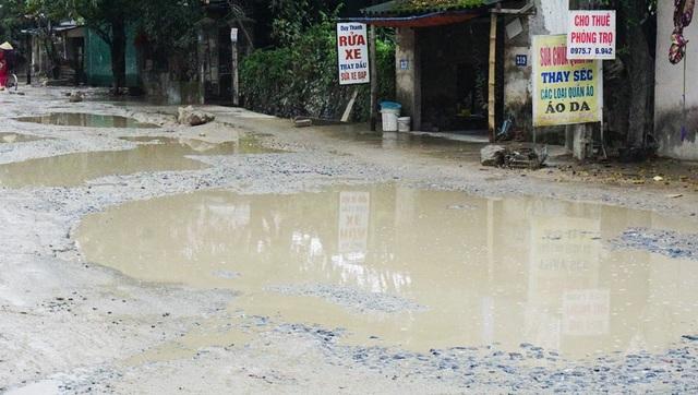 Đường Phạm Hồng Thái xuất hiện những vũng nước lớn như hố bom