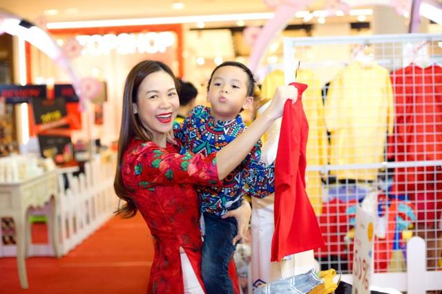 Mẹ chọn áo dài Xuân cho bé.