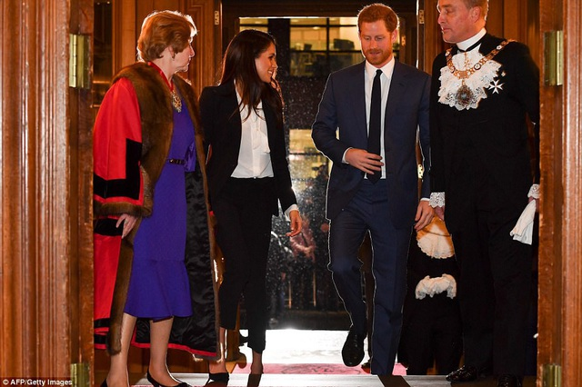 Gu thời trang của nữ diễn viên từng qua một đời chồng được báo giới quan tâm từ khi chính thức công khai tình cảm với hoàng tử Anh Harry
