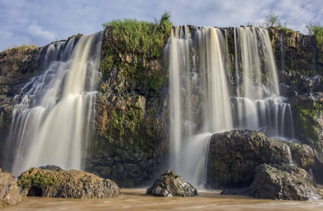 Khung cảnh của một dòng thác xối mạnh ở thác nước tại Việt Nam vào mùa mưa.