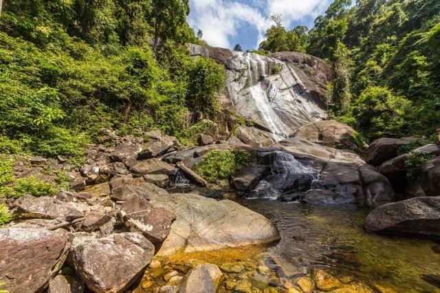 Thác nước Seven Wells ở Langkawi, Malaysia. Mẹ thiên nhiên ở đây còn tạo ra nhiều hồ bơi tự nhiên ngoài trời, thu hút rất đông du khách tới bơi lội.
