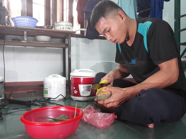 Hồ Văn Nam và nhiều học viên đang theo học nghề tại trường Trung cấp nghề Quảng Ngãi gặp nhiều khó khăn do chế độ hỗ trợ theo Quyết định 53 chậm được chi trả.