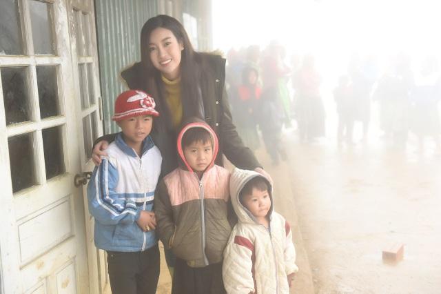 Đỗ Mỹ Linh đến thăm hỏi và trao quà cho các hộ gia đình đón tết.