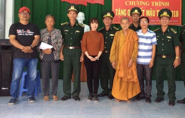 Lễ trao quà cho đồng bào nghèo, bị ảnh hưởng do bão số 12 vào năm ngoái của Bộ đội Biên phòng tỉnh Khánh Hòa nhân dịp Tết Mậu Tuất