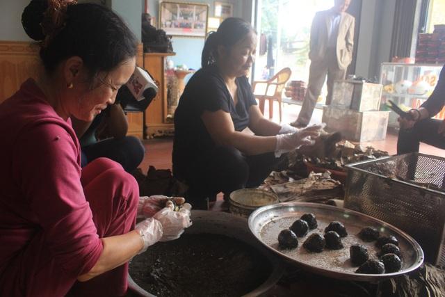 Bánh được nắm thành một khối tròn sau đó cho nhân vào giữa, ve tròn, rắc vừng rồi gói vào lá chuối khô đã làm sạch.
