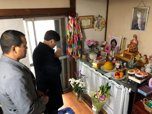 Đại sứ Nguyễn Quốc Cường đến thắp hương cho bé Nhật Linh tại tỉnh Chiba hôm 2/2. (Ảnh: Facebook Đại sứ Nguyễn Quốc Cường)