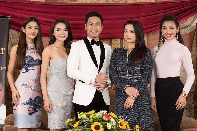 Tại buổi gặp gỡ, người đẹp đã có buổi trò chuyện vui vẻ cởi mở với một số thí sinh nổi bật của cuộc thi Hoa hậu Hoàn vũ Việt Nam 2017 như Ngọc Anh, Mỹ Duyên, Ngọc Nữ cùng Thanh Tú và người mẫu Thanh Hằng.