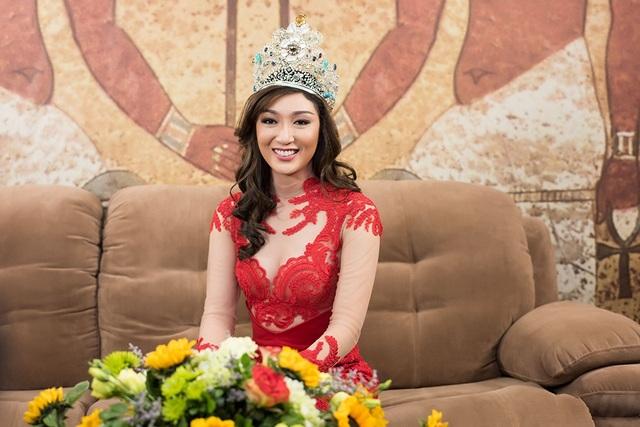 Cô xuất hiện với hình ảnh tươi tắn khác lạ so với thời điểm đăng quang ngôi vị cao nhất tại Philippines bởi ngay sau khi đăng quang, Karen Ibasco bị công chúng chê bai, chỉ trích vì ngoại hình kém xinh, thua hẳn các đại diện nước khác.