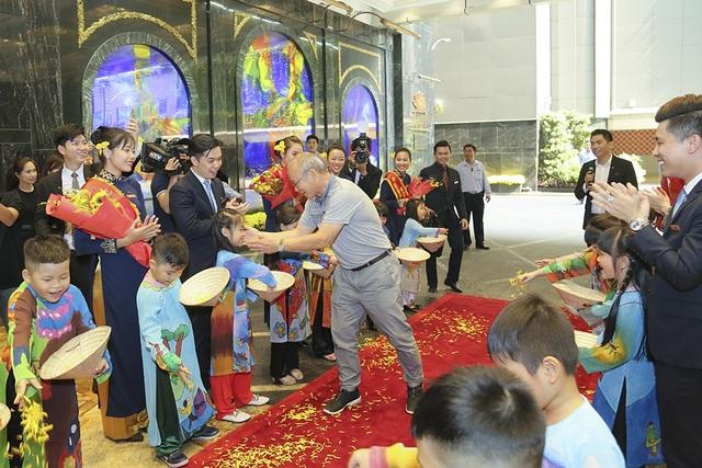 Huấn luyện viên Park Hang Seo đã không giấu được những cảm xúc bất ngờ trước sự chào đón đáng yêu của các bạn nhỏ trong trang phục dân tộc. Các em trải đầy những cánh cúc vàng, tượng trưng cho tình cảm yêu mến, chân thành, trong chiếc nón lá ngộ nghĩnh để chào mừng vị huấn luyện viên đặc biệt của tuyển U23.