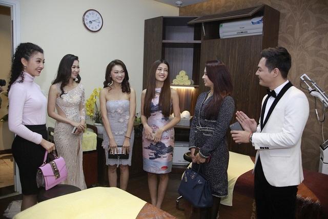 Dr. Ray Kim – Tiến sĩ đầu ngành lĩnh vực thẩm mỹ đến từ Hàn Quốc, hiện đang là Giám Đốc chuyên môn tại Shira – đã tư vấn và giải đáp những thắc mắc về việc chăm sóc trẻ hóa da cho Hoa Hậu Trái Đất. Karen đặc biệt chia sẻ hiện tại Hoa Hậu đang có tới 3 bác sĩ Hàn Quốc phụ trách chăm sóc sắc đẹp cho mình ở Manila, nhưng khi tới Shira gặp gỡ Dr. Ray Kim thì người đẹp hoàn toàn bất ngờ trước hiệu quả của liệu trình làm đẹp tại đây, đặc biệt là liệu trình Chăm sóc và Trẻ hóa da Kim Cương Đen.