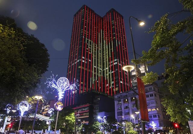 Được biết toà nhà Times Square, nơi toạ lạc của khách sạn The Reverie Saigon cũng đã thắp sáng màu cờ Tổ quốc để chào đón tuyển U23 Việt Nam từ đêm hôm trước.