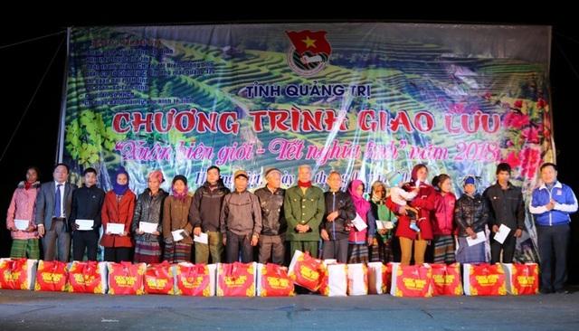 Ông Nguyễn Đức Dũng - Phó Chủ tịch Thường trực HĐND tỉnh Quảng Trị tặng quà cho bà con
