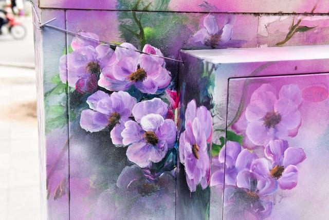 Nội dung tranh vẽ chủ yếu là thiên nhiên, hoa lá với màu sắc khá đẹp mắt.
