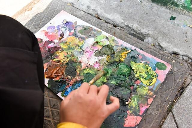 Chị Dương Bích Diệp (phụ trách CLB Mỹ thuật, thành viên nhóm thực hiện) cho biết, màu vẽ được sử dụng không gây độc hại với môi trường.