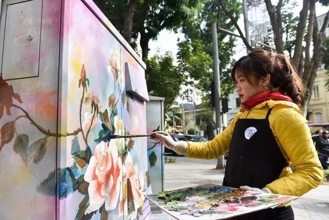 Theo chia sẻ của nhóm thực hiện, khi chứng kiến các bốt điện bị bôi bẩn, dán quảng cáo bừa bãi, nhóm đã nảy ra ý tưởng vẽ tranh để góp phần thay đổi mỹ quan đường phố.