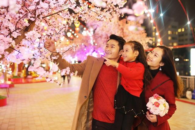 Con đường hoa đào tại quảng trường Vincom Mega Mall Times City là nơi ghi lại những khoảnh khắc đẹp của các gia đình.