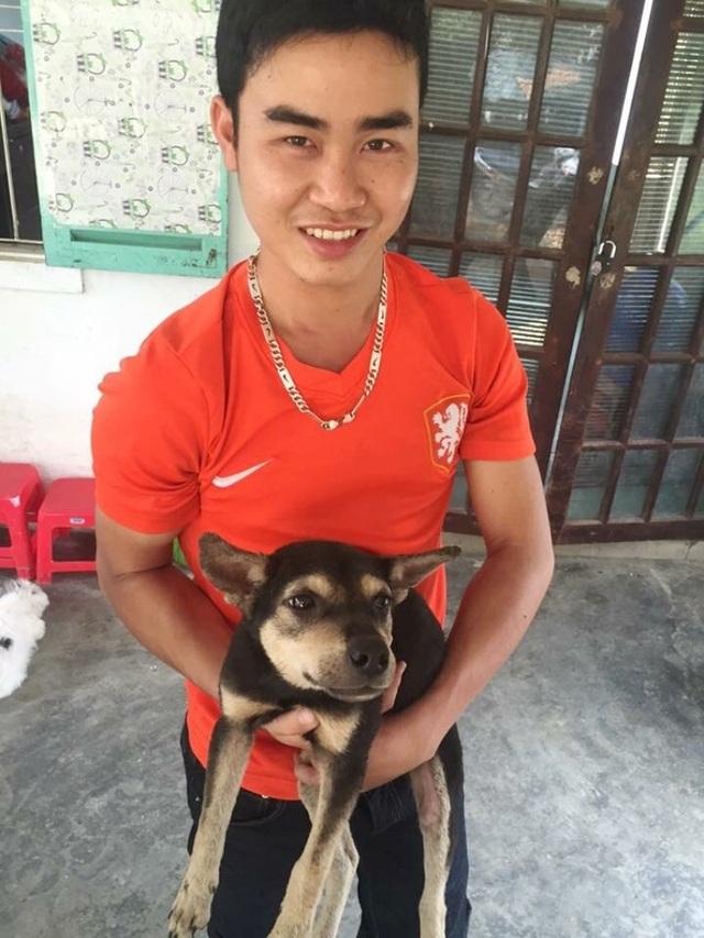 Chú chó được anh Sơn chăm sóc bên cạnh cậu chủ mới