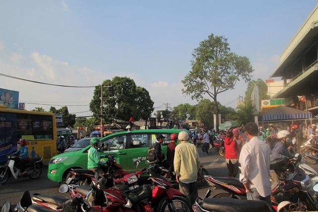 Trước bến xe khá lộn xộn vì nhiều xe ôm, xe chờ người nhà đậu dưới lòng đường Đinh Bộ Lĩnh