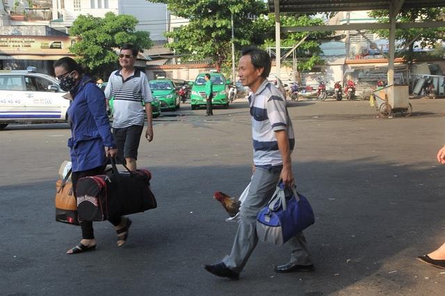 Hành khách mang theo chút quà quê sau kỳ nghỉ Tết