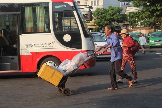 Lỉnh kỉnh hành lý, quà quê, một nữ hành khách phải nhờ nhân viên bến xe hỗ trợ