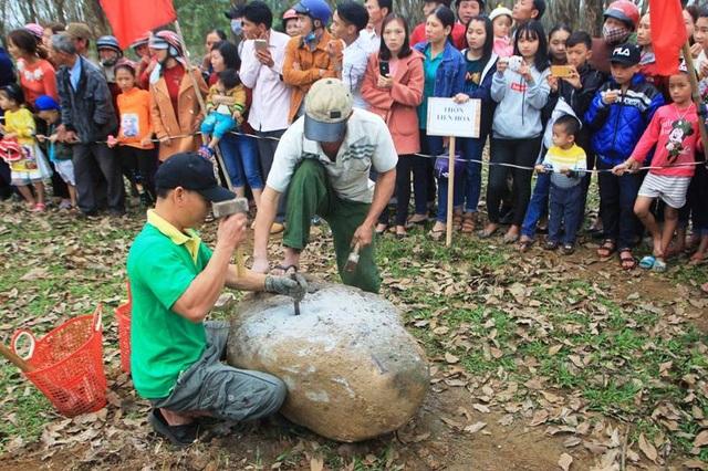 Hàng chục trai tráng thi chẻ đá đầu năm mới - 2