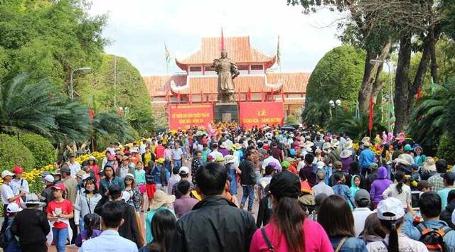 Hàng ngàn người dân và du khách gần xa chen chân đi lễ hội Đống Đa ngày đầu xuân.