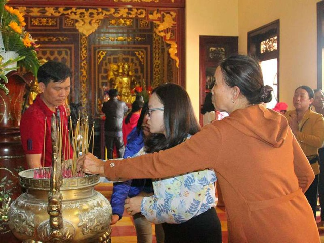 Người dân và du khách gần xa cùng nhau thắp hương tưởng nhớ công đức của vua Quang Trung và các văn thần võ tướng.