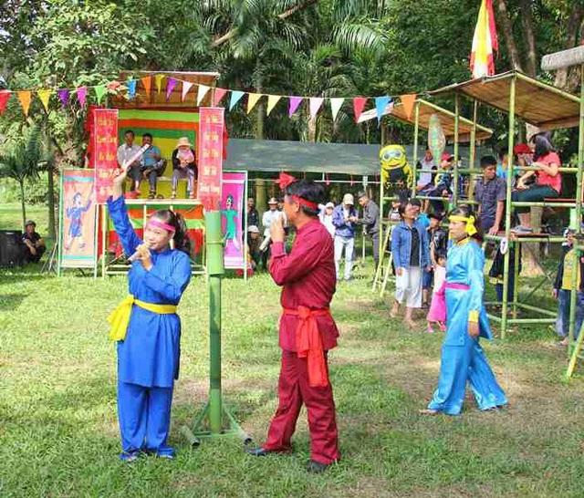Dịp này, người dân và du khách còn được tham gia trò chơi hô bài chòi trong khuôn viên Bảo tàng Quang Trung.