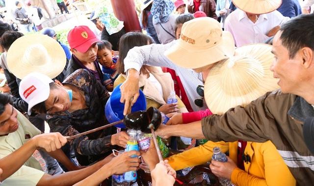 Nhiều người lấy nước vào chai để đem về cho người nhà uống