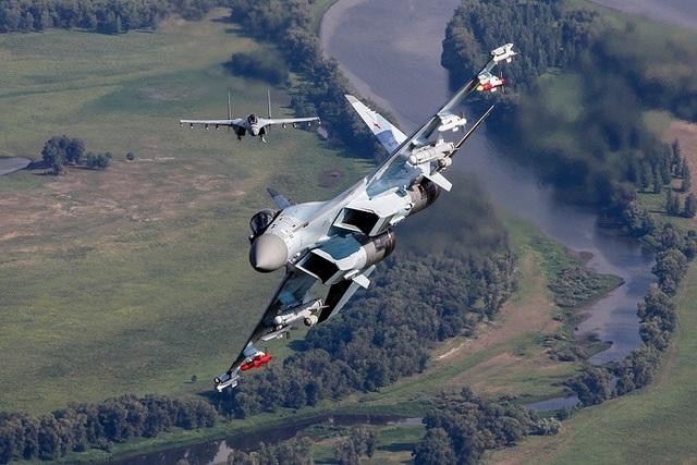 """Kể từ khi thực hiện chuyến bay thử đầu tiên vào ngày 19/2/2008, Sukhoi Su-35 cho đến nay đã chứng minh được năng lực vượt trội và trở thành một trong những máy bay chiến đấu """"đáng sợ"""" nhất của quân đội Nga, đặc biệt trong cuộc chiến chống khủng bố tại Syria. (Ảnh: Bộ Quốc phòng Nga)"""