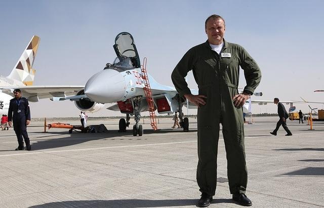 Su-35 là máy bay chiến đấu đa nhiệm thế hệ 4++ do tập đoàn hàng không Sukhoi sản xuất với khả năng linh động cao. Trong ảnh: Phi công Sergei Bogdan từng lái Su-35 trong đợt bay thử nghiệm đầu tiên. (Ảnh: TASS)