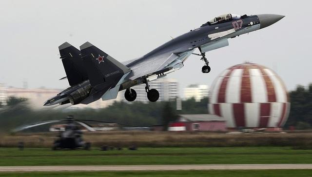 Su-35 được trang bị pháo 30 mm cùng 12 giá treo bom và tên lửa. Phạm vi tác chiến của máy bay này lên tới 1.600 km. (Ảnh: TASS)