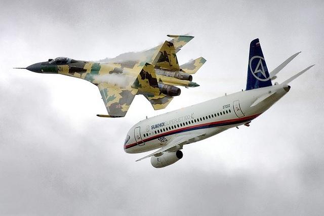 """Nhiều quốc gia đã đặt mua Su-35 """"huyền thoại"""" của Nga, trong đó có Trung Quốc, Indonesia và Triều Tiên. Trong ảnh: Máy bay chiến đấu Sukhoi Su-35 và máy bay Sukhoi Superjet 100. (Ảnh: Bộ Quốc phòng Nga)"""