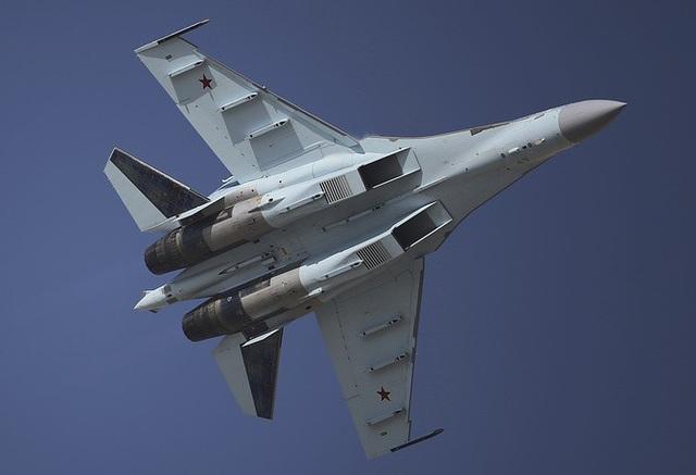 Giới chuyên gia quân sự nhận định tính năng của Su-35 vượt trội hơn so với các máy bay thế hệ 4 của phương Tây và là đối thủ đáng gờm của máy bay chiến đấu F-22 của Mỹ. (Ảnh: AP)
