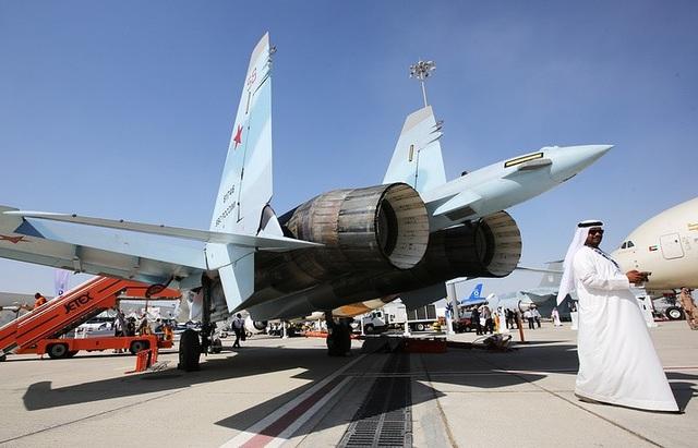 Su-35 không chỉ đóng vai trò là máy bay chiến đấu mà còn đồn trú tại căn cứ Hmeimim của Nga ở Syria để bảo vệ các máy bay ném bom cất cánh từ Nga và tấn công mục tiêu khủng bố ở Syria. Trong ảnh: Su-35 tham gia triển lãm hàng không Dubai 2017. (Ảnh: TASS)