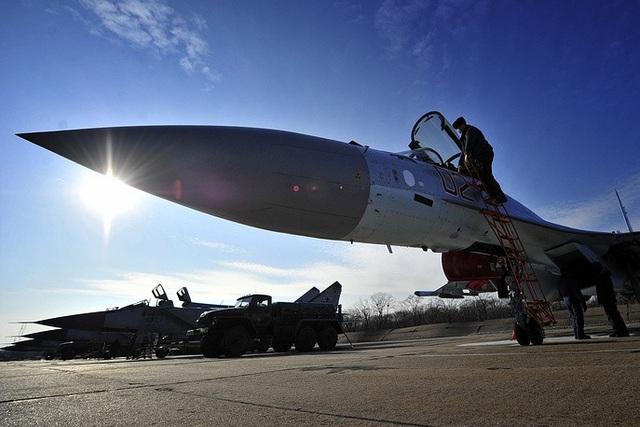Ngoài Syria, Su-35 cũng được triển khai để bảo vệ các máy bay của Nga tại bất kỳ khu vực nào ở Trung Đông. Một số chuyên gia cho rằng việc Nga triển khai Su-35 tới Syria cũng nhằm mục đích tạo đối trọng với Mỹ và phương Tây. (Ảnh: TASS)
