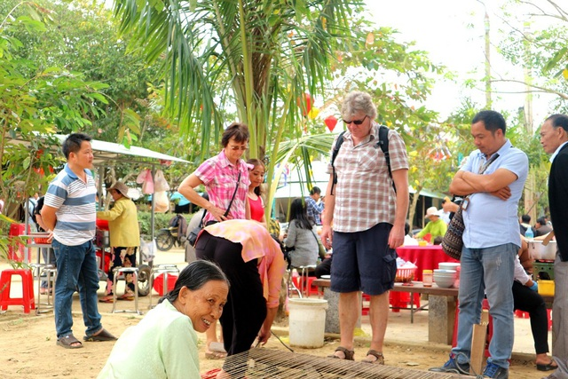 Đông đảo du khách nước ngoài cũng đã tham gia trẩy hội