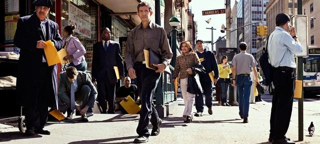 """Bức """"Informing Informers"""" (Người đưa tin) có sự xuất hiện của những xấp tài liệu trong túi giấy màu vàng đặc trưng của giới văn phòng."""