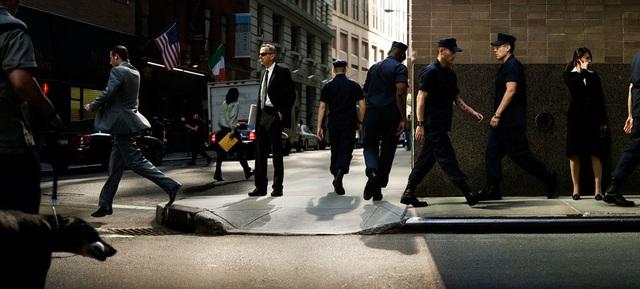 """Bức """"Enforcing Enforcers"""" (Nhân viên an ninh)."""