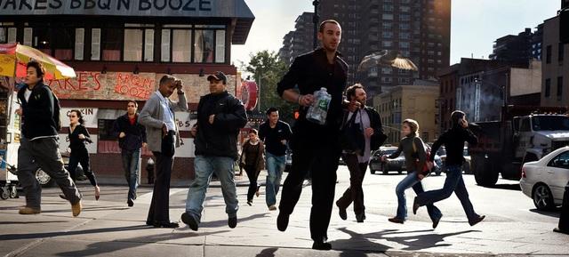 """Khoảnh khắc những con người chạy vội vã, hối hả trên đường phố được ghi lại trong bức """"Exigent State"""" (Tình trạng khẩn cấp)."""