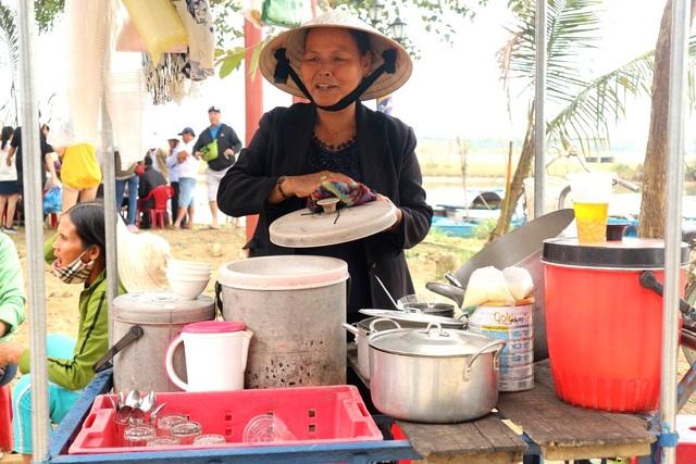 Các món ăn dân giã địa phương cũng được mang đến để du khách thưởng thức như bánh xèo, bánh bào, chè bắp…