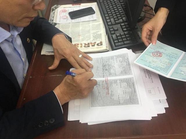 Chủ tịch UBND phường Ngọc Khánh và các lãnh đạo phường trực tiếp tiếp và ký ngay hồ sơ cho công dân đến làm việc.