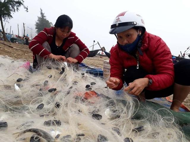 Những chuyến ra khơi đầu năm mang ý nghĩa cầu mong cho một năm trời yên, biển lặng, đánh bắt được nhiều tôm cá với những người hành nghề chài lưới