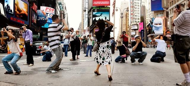 """Bức """"Memory Lane"""" (Con đường kỷ niệm) khắc họa những khách du lịch ghé thăm quảng trường Thời đại, việc mà rất nhiều du khách sẽ làm chính là lưu lại khoảnh khắc này. Bức ảnh quá đỗi thân thuộc đối với những người thường ngày đi qua quảng trường, dù vậy, với khuôn hình ấn tượng của Funch, người xem vẫn thấy một sự lạ lẫm thú vị."""