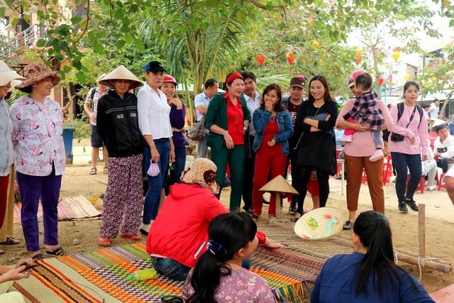 Người dân và du khách rất hào hứng với các nghề truyền thống tại địa phương như đan lát, dệt chiếu…