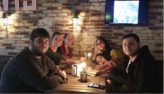 Nguyễn Phước Hoài Linh ( sinh viên trường ĐH Stenden, Hà Lan) đón giao thừa cùng các bạn nước ngoài.