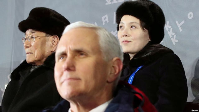 Phó Tổng thống Mỹ Mike Pence ngồi cách bà Kim Yo-jong chỉ một hàng ghế tại lễ khai mạc Thế vận hội ở Hàn Quốc (Ảnh: Reuters)