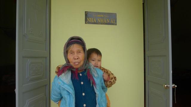Bác Thịnh - bà ngoại bé Trọng xúc động gửi lời cám ơn bạn đọc Dân trí.