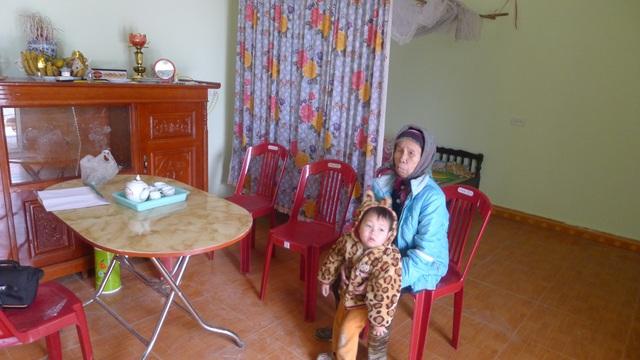 Tết năm nay ông bà và bé Trọng được ở trong ngôi nhà mới của bạn đọc báo điện tử Dân trí trao tặng.